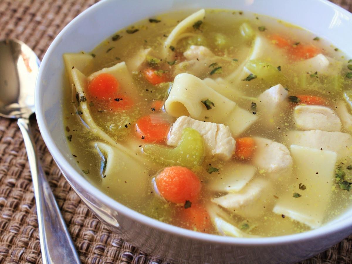 Soupe r confortante maison au poulet et nouilles dans le - Soupe de legume maison ...