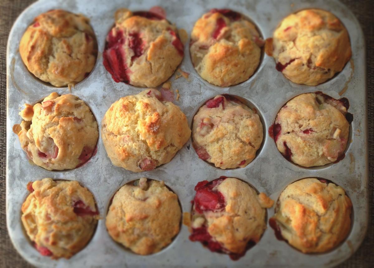 Muffins à la fraise et à la rhubarbe