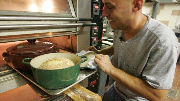 Jim Lahey, l'inventeur de la recette, dans sa cuisine de New York