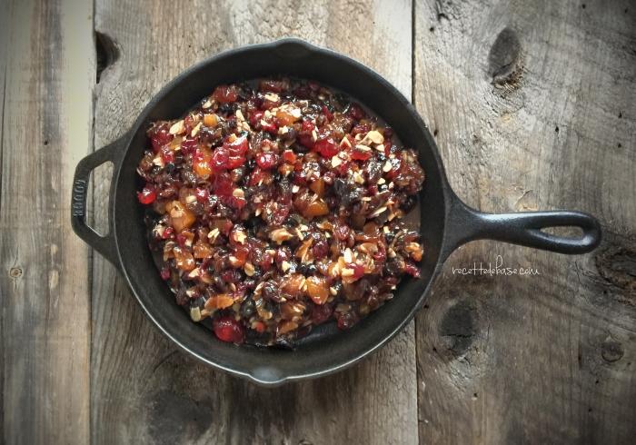Le mélange de fruits, d'amandes, de beurre, de cassonade et d'épices, une fois cuit. Il faut le laisser macérer pendant au moins 12 heures.